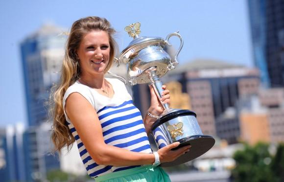 Виктория Азаренко с кубком Открытого Чемпионата Австралии по теннису