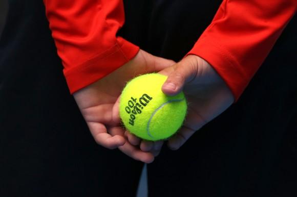 Боллбой держит мяч во время матча