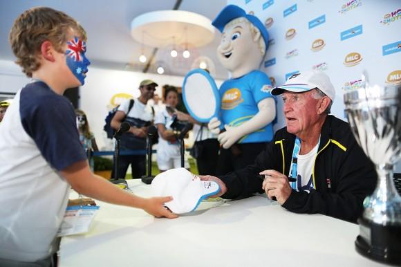 Австралиец Тони Роч дает автограф