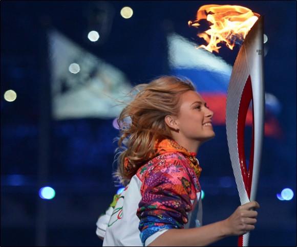 Мария Шарапова несла факел Олимпийских Игр в Сочи 2014