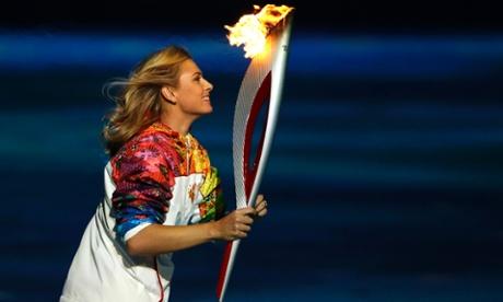 Мария Шарапова несла Олимпийский огонь на церемонии открытия в Сочи
