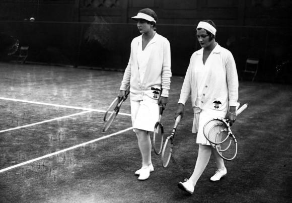 Хэлен Уиллс-Муди и Хэлен Якобс выходят на корты Уимблдона в 1929 году