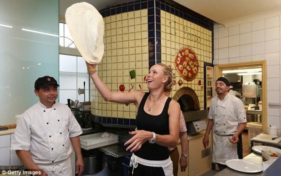 Возняцки готовится к турниру в Англии за уроками создания пиццы