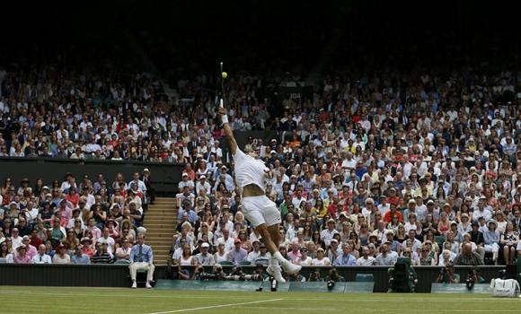 Роджер Федерер бьет смеш в матче против Новака Джоковича