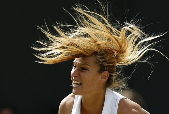 Словацкая теннисистка Доминика Цибулкова после подачи в матче против Луции Шафаржовой