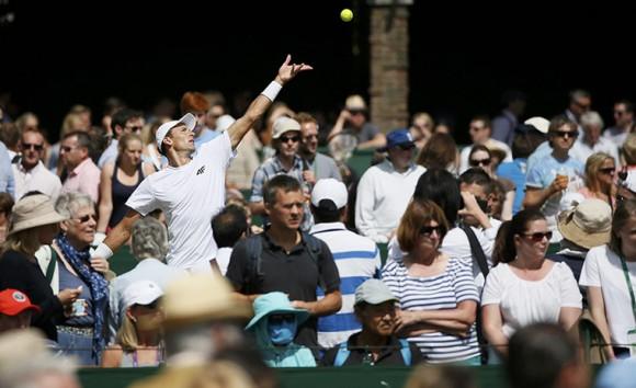 Зрители смотрят матчи на внешних кортах королевского клуба