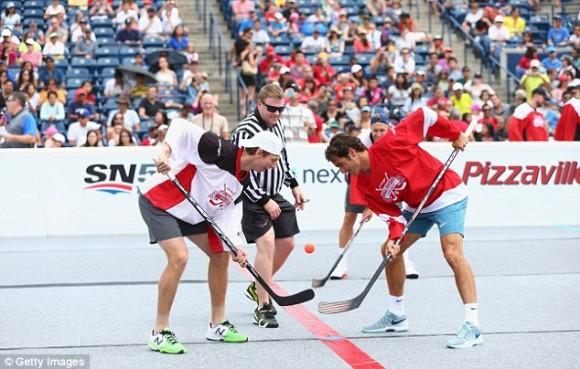Роджер Федерер играет в хоккей в Торонто